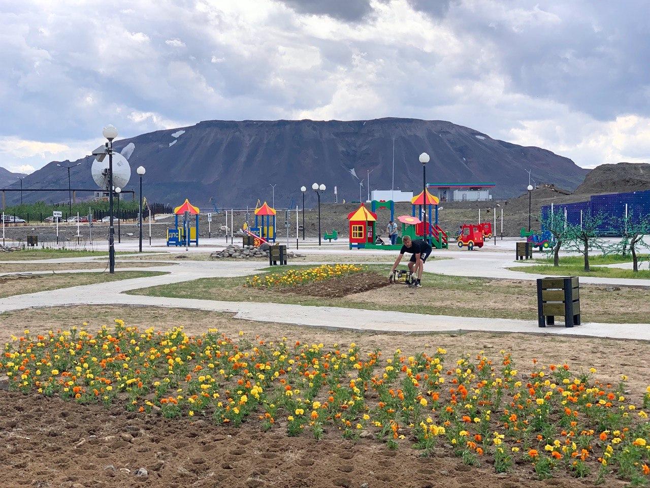 В парке отдыха «Озеро Долгое» высаживают цветы