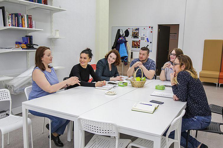 Команда АРН и корпоративные волонтеры обсудили работу экодесанта во время юбилейного турслета на Хараелахе